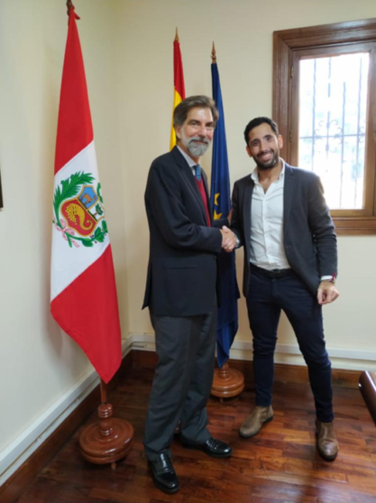 LA LÍNEA VERTICAL presenta su proyecto en Perú al embajador de España